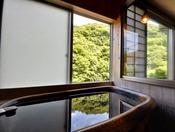 <温泉内湯付き・泉遊36平米> 湯舟は陶器製です。※ご自身でお湯を溜めていただくタイプです