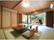 広々とした12畳の和室と、隣接する4.5畳の和室に廊下を挟んで独立した個室にシモンズベッドを配置した贅沢な露天風呂付き客室で
