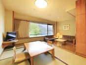 <新館和洋室タイプ> 当館上層階のスタンダードな客室です。 和室とリビングスペースとツインベッド(シングルサイズ)のお部屋です。