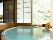 <温泉内湯付き・泉遊40平米> 室内で温泉を楽しめるお部屋です。 湯舟は陶器製で、円形または長方形のいずれかとなります。 ※ご自身でお湯を溜めていただくタイプです