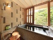 <露天風呂付き客室・粋彩> 御影石の湯舟です。 粋彩タイプは御影石の湯舟又は陶器風呂いずれかとなります。 ※湯舟のタイプはおまかせとなります