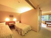 <新館和洋室タイプ> 入口側にシングルベッド2台を設置しております。