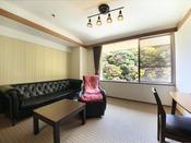 <本館洋室タイプ> 大型のソファーと、マッサージ機能付きのソファーを設置しております。