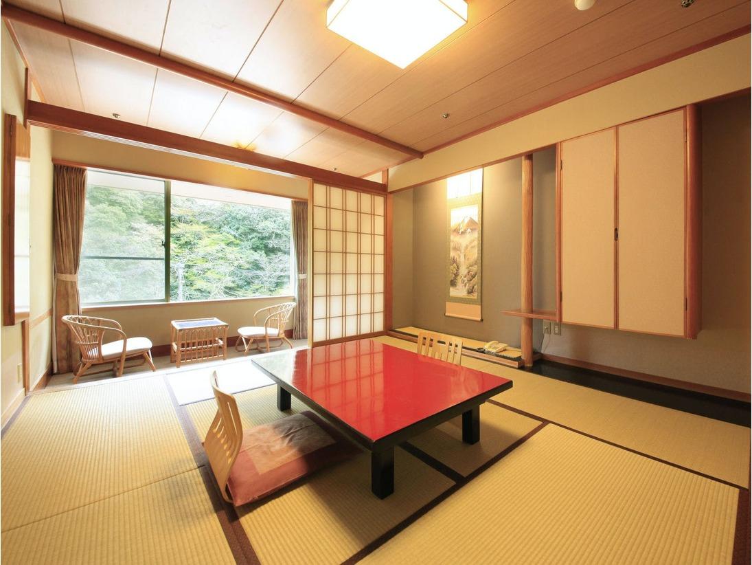 <本館和室タイプ> 当館下層階のスタンダードな客室です。 和室10帖と広縁です。