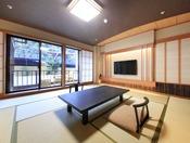 <露天風呂付き客室・湯庵 和室タイプ> 専用の庭に面した和室です。 テラスに露天風呂がございます。