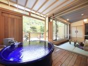 <露天風呂付き客室・粋彩 42平米以上> 大型の湯舟を設置しております。こちらは瑠璃の間の湯舟です。 ※2階又は4階のお部屋、湯舟は円形又は楕円形のいずれかおまかせとなります