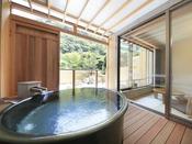 <露天風呂付き客室・粋彩 42平米以上> 大型の湯舟を設置しております。こちらは翡翠の間の湯舟です。 ※2階又は4階のお部屋、湯舟は円形又は楕円形のいずれかおまかせとなります
