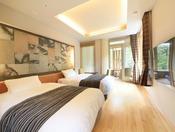 <展望内湯付き・泉遊洋室>コンパクトな室内に、シモンズ製のシングルベッド2台を設置しております。 須雲川に面した展望内湯付きの客室です。