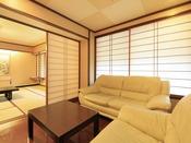 <最上階 雅の間> 広縁にはソファーセットを設置しております。写真奥が本間12帖、映っておりませんが手前に琉球畳を敷いた4.5帖和室がございます。