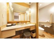 <露天風呂付き客室・湯庵> 洗面所・お手洗いです。 ※段差が無いので、おみ足の悪い方も安心です。