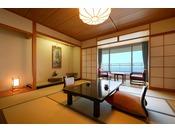 館で一番部屋数が多く、また人気のある海側和室の一例。日本海を望む、ゆったりとした空間をご用意いたします。全室オーシャンビュー、椅子とテーブルの広縁スペースがございます。雄大な日本海を感じながら、ごゆっくりとお過ごしください。