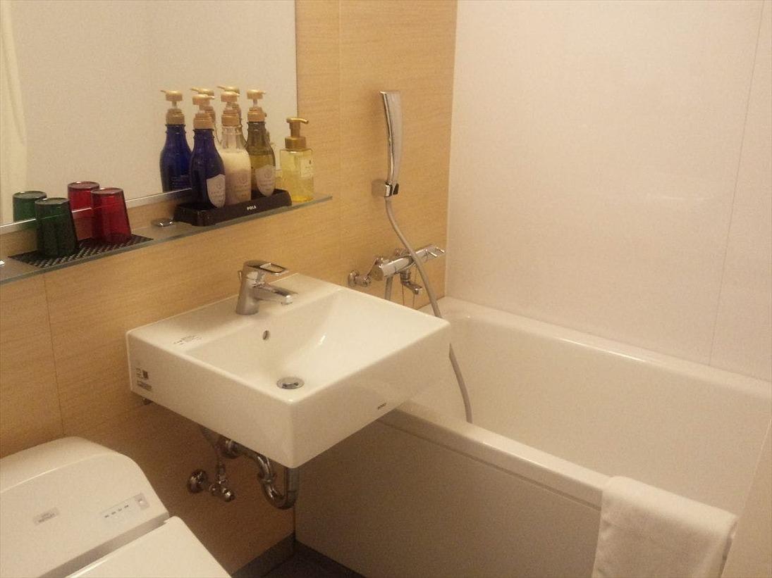 【バスルーム】ゆったりと湯船に浸かれるバスタブもございます。