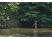 阿寒川は川釣りのメッカ。ニジマスなどが生息しています。(入場には遊漁券が必要です)