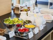 【朝食】新鮮野菜のサラダもご用意しております(一例)