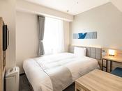 【クイーンコンパクト】160センチ幅ベッドとソファーを設置し、よりゆったりとお寛ぎ頂ける空間に一新。