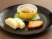 当面の間朝食ビュッフェを変更し、2種のお膳にてご提供させていただきます。※写真は一例です。