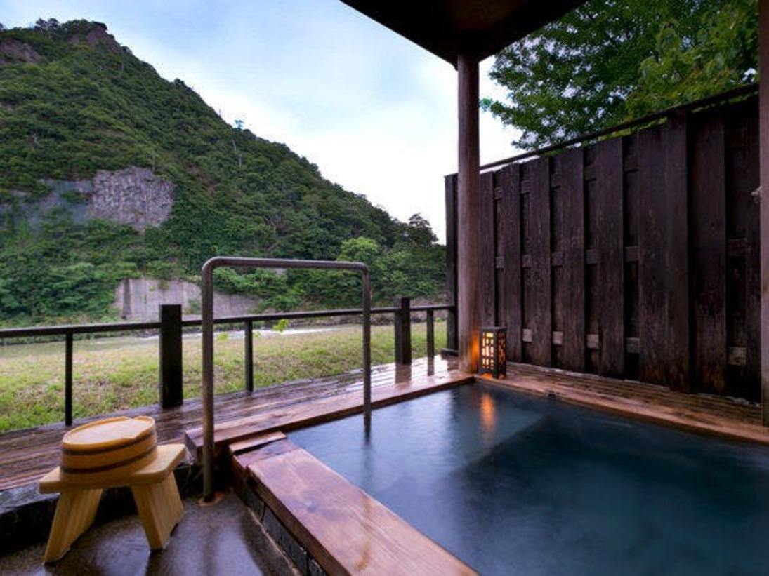 ◆大人気の藤の間◆絶景の露天風呂は源泉掛流し♪個人からグループまで幅広いお客様に人気です。