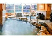 2つの源泉と多彩なお風呂で、館内湯めぐり体験を楽しめます。