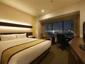 2013年12月リニューアル。PCでの作業も余裕の独立したデスクとシモンズ社製のセミダブルベッドを備えた開放的なシングルルームです。(19階)
