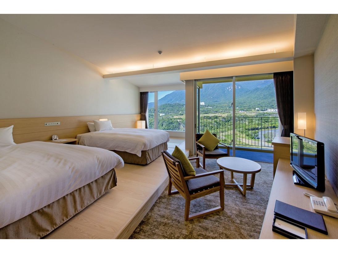 マウンテンビュースタンダードツインルームです。3名様ご利用時でも皆さまシモンズベッドで快適にご就寝頂けます。