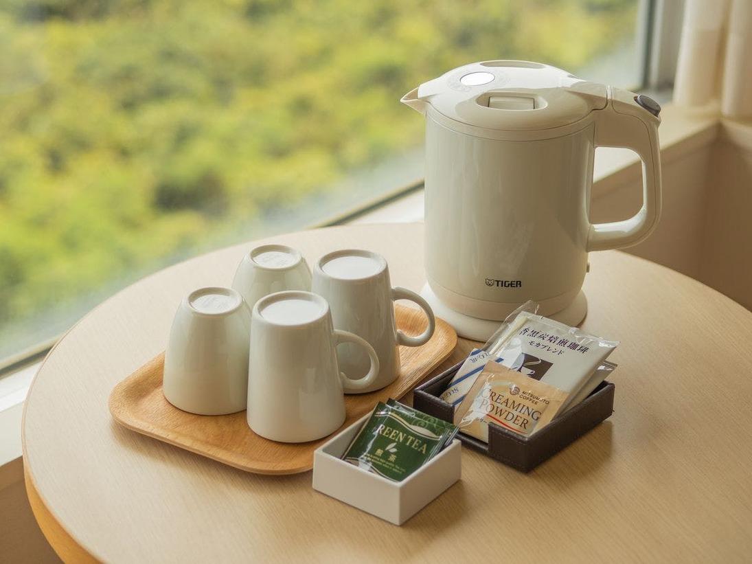 客室にはポットとコーヒー&ティーセットをご準備しております。お部屋でのリラックスタイムをお楽しみ下さい。
