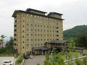 ☆ホテル外観写真☆小高い丘に立地し、飛騨高山市街を展望できます。