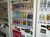 客室内の冷蔵庫は空にしてあります。お飲み物は館内の自販機コーナーにてご用意しております。
