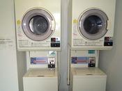 長期滞在にも便利な乾燥機付きコインランドリー有り。洗剤自動投入タイプです。