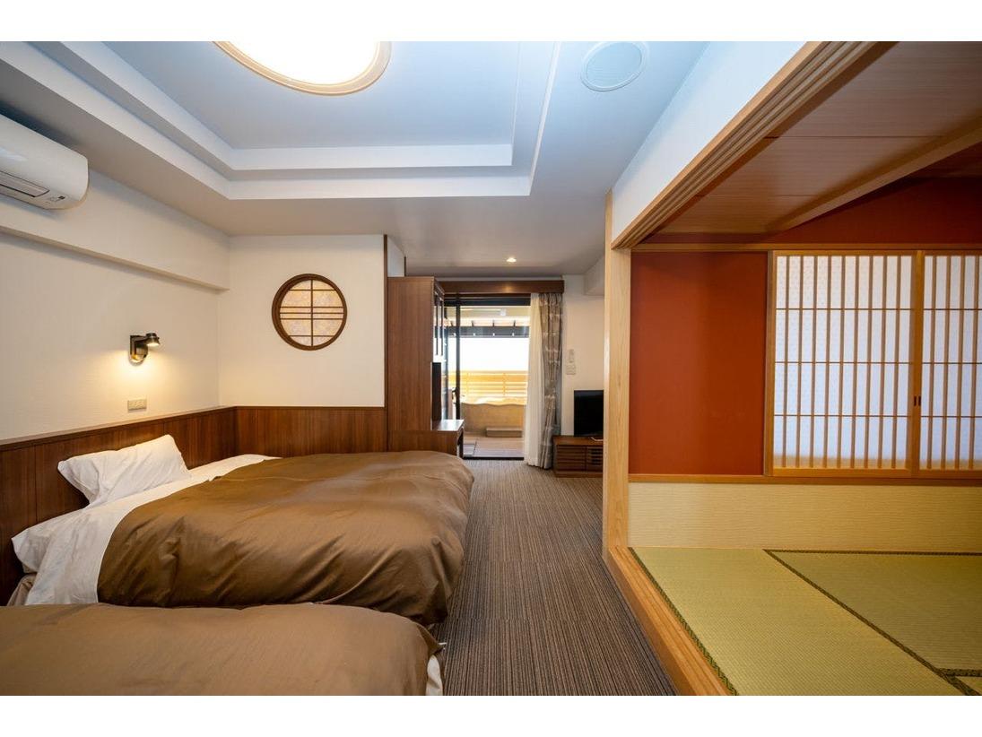 2016年11月にリニューアルしました。バリアフリー対応の本館露天風呂付和洋室です。最大5名様(ベッド2、布団3)までご利用いただけます。