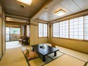 10畳と6畳の二間のお部屋です。最大7名様までご利用いただけます。本館で最も海に近いお部屋となっております。