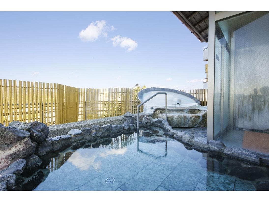 女性露天風呂「あこやの湯」千鳥ヶ浜の白砂風景と波音を感じながら日本三大名泉「榊原の湯」をお楽しみいただけます。
