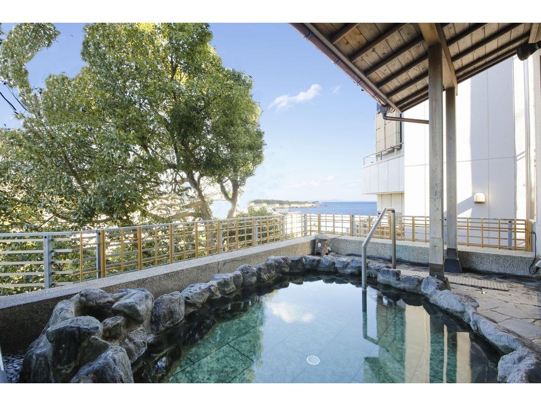 男性露天風呂「潮風の湯」千鳥ヶ浜の白砂風景と波音を感じながら日本三大名泉「榊原の湯」をお楽しみいただけます。