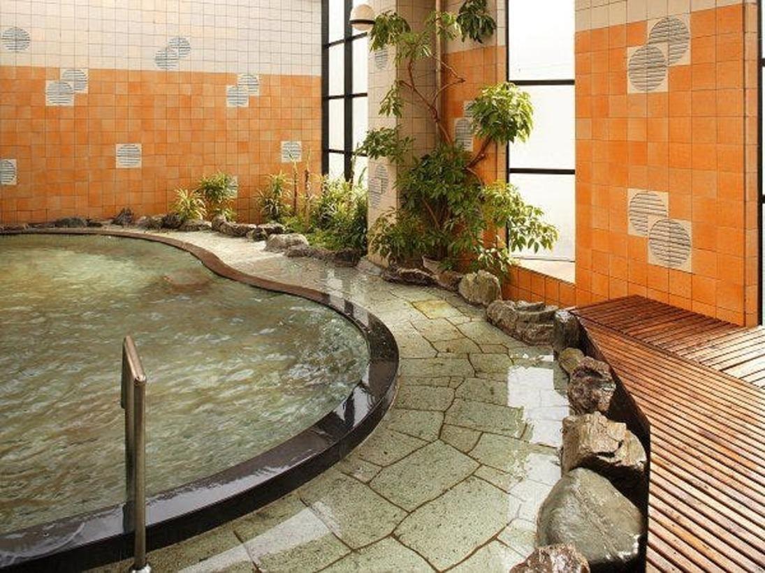 大浴場からつづく開放的な男性露天風呂
