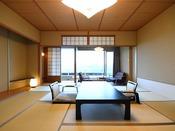 明るく清潔感のある客室が、快適な滞在をお約束いたします。どうぞごゆっくりとお寛ぎください。