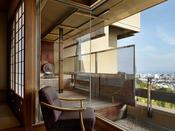 源泉掛け流し露天風呂が付いた客室では、伊東の高台から街を見下ろす至福の時間を。