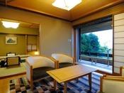 広縁もゆったりと広い露天風呂付き特別室(12.5畳 + 次の間8畳)。