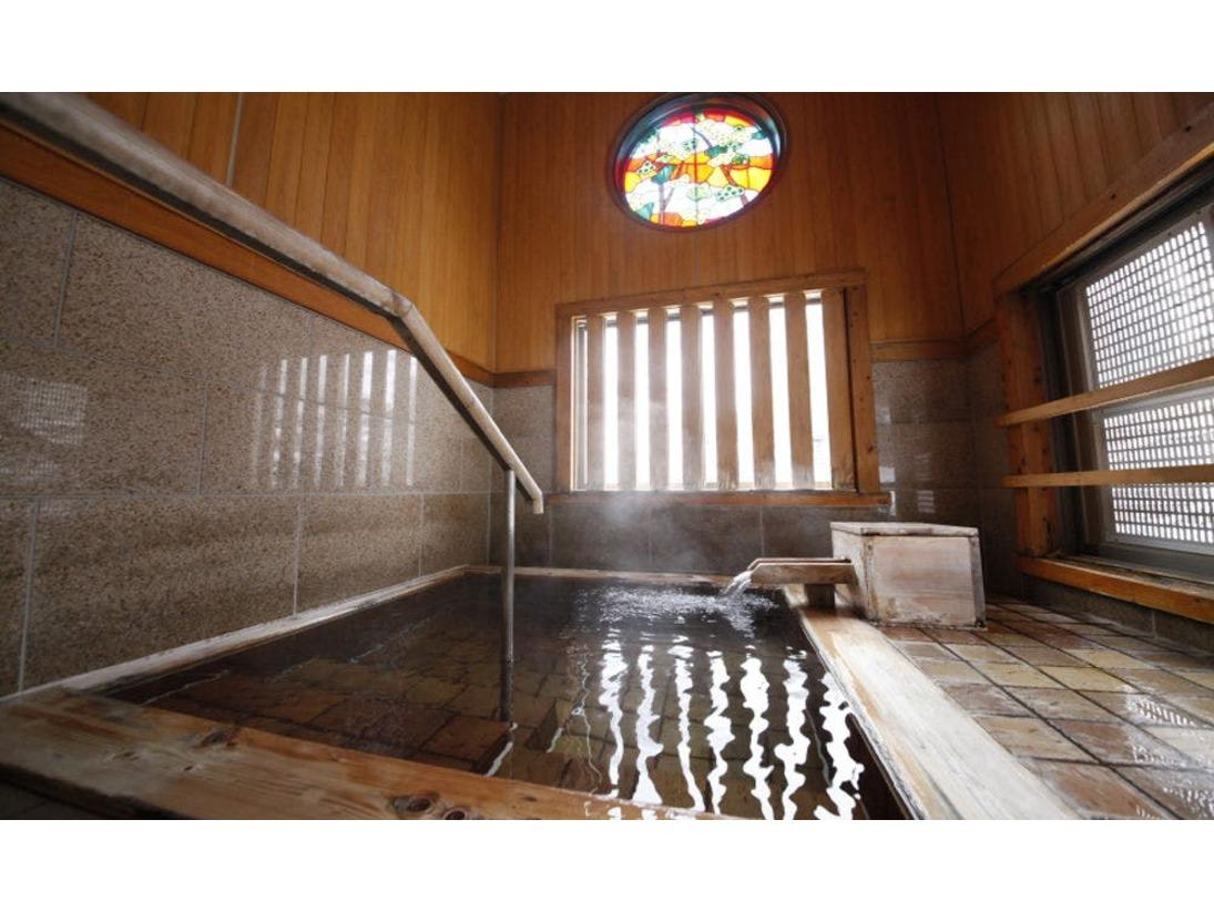 貸切風呂『白蓮の湯』。内風呂ですので、室内がいいという方や赤ちゃん・お子様連れのお客様に喜ばれております。広い洗い場もありますので、安心してお入りいただけます。