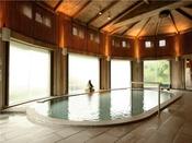 【水晶風呂】内湯。天井や柱に奥利根地方特産のひばを使用。歴史を感じる空間でゆったりとおくつろぎください。