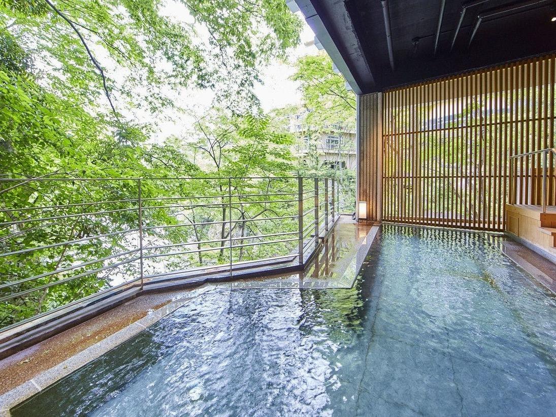 【牧水の湯】露天風呂。あたたかいお湯につかりながら、季節によってかわる利根川の姿をお楽しみください。