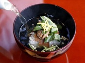 ご夕食の〆は特製わくらむすび(お茶漬け)でお酒の後もさっぱり