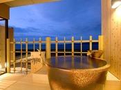 汐見亭・露天風呂付き客室~夕暮れの空と能登島と七尾湾の海の景色