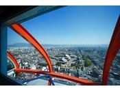 展望室からは古都京都の市街地が360度見渡すことができ、 時間・四季によって様変わりする京都を感じる事ができます。