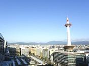 京都タワーの高さは131メートル。京都市内のあらゆるところから見つけられます。