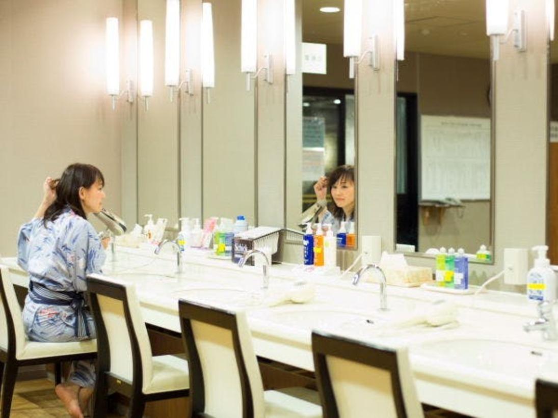 【大浴場イメージ】清潔感のある空間。パウダーコーナーには美容液や乳液もご用意致しております。