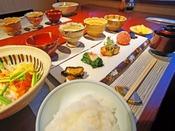 【朝食】ご夕食のメインがお肉なので、翌朝は身体喜ぶお野菜中心のあっさり和朝食です。
