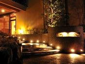 *【玄関】夜の帳に包まれた「つるや」幻想的な雰囲気をお愉しみください。