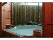 *<和邸 山王院「花」> 六角形の趣きのある露天風呂。