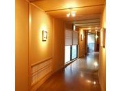 *【廊下】館内のギャラリーには、個性的な絵画なども。歩いているだけでも楽しめそう!