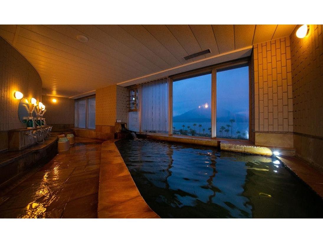 大きな窓からの雄大な桜島を望む絶景を眺めながらお楽しみください。