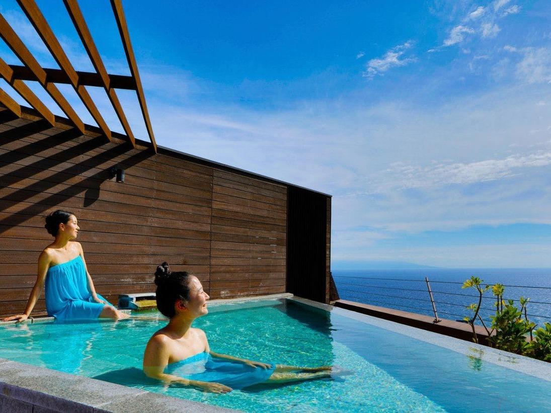 解放感のある天空露天風呂は空と海との一体感が味わえます